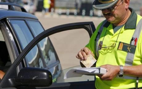 ¿Es obligatorio llevar encima el carnet de conducir? ¿Qué ocurre si no lo llevo o está caducado?